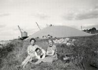 3_Устинов В.М. с женой. Франция,1957 г.jpg