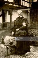 Weltkrieg Rotkreuzschwester vom Bayerischen Frauenverein mit Gepäck vor der Abreise.jpg