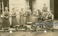 Weltkrieg Schwestern vom Roten Kreuz vor ihrem Quartier in Flandern.jpg