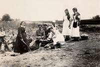 WK I Schwestern vom Roten Kreuz und Soldaten auf einem Feld bei Lemberg.jpg