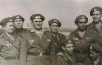офицеры 7-й гв. ВДД, август 1968г, Рузине. в центре - комдив Л.Н.Горелов. Все в малиновых беретах..jpg