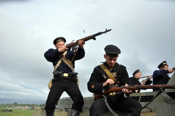 Вместе с пехотинцами, летчиками, танкистами, артиллеристами стали на защиту родины и советские моряки