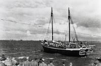 Парусная шхуна с советским десантом идет к острову Муху (Моон) в Моонзундском архипелаге. Конец сентября 1944 года..jpg
