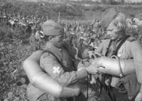 Советские солдаты проверяют снаряжение перед десантом на Моонзундские острова. На бойцах надеты пояса-поплавки от плавательного костюма ПКТ..jpg