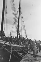 Погрузка советских солдат на парусную шхуну, задействованную в десанте на остров Муху (Моон) в Моонзундском архипелаге. Конец сентября 1944 года..jpg