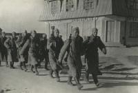 Колонна советских бойцов из состава 8-го Эстонского стрелкового корпуса проходят по улице освобожденного города Ориссааре на острове Сааремаа (Эзель) в Моонзундском архипелаге.jpg