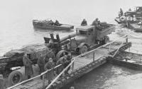 Переброска советской тяжелой артиллерии на остров Сааремаа (Эзель) в Моонзундском архипелаге в октябре 1944 года на паромной переправе Виртсу-Куйвасту..jpg