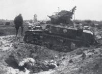 Трофейный английский танк М3 «Стюарт» («Stuart»), подбитый в бою в ночь с 8 на 9 октября 1944 г. под Техумарди, на острове Сааремаа (Эзель).jpg