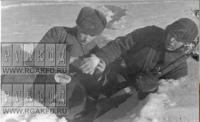 Санинструктор М.Калинин оказывает помощь раненому, Сев-Зап фр, март 1942. (Шаровский).jpeg