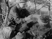 1000. Медсестра Егорова А. перевязывает бойца, 1942.jpg