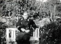 1 hg hermann goering panzer division spiess hauptfeldwebel sitting in a chair.jpg