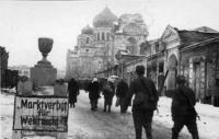 Одна из центральных улиц Ростова-на-Дону. Проходят жители города и бойцы. На дальнем плане - разрушенный собор. ТАСС. 1943 г..jpg