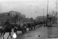 N-ский артиллерийский полк проходит по улицам г.Ростова-на Дону. 1941 г..jpg