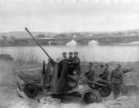 Расчет командира орудия сержанта И. Шевченко на реке Прут, 04.1944.jpg