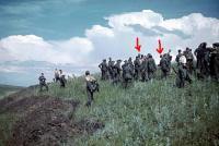 Группа немецких солдат у вырытых окопов на склоне холма в Белгородской области..jpg