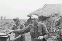 После боевых действий. Россия, Тверская область. Два члена германского вермахта, один с головной повязкой.jpg