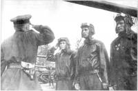экипаж танка Патриоты Бойко, купленного на личные сбережения супругов Ивана и Александры Бойко. Муж м-в, жена командир. Командир части гвардии подполковник Гойзман вручает ис 2. лето1944.jpg