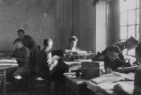 Офицеры разведотдела штаба 10-й воздушной армии за работой, июль-август 1945 года..jpg