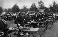 Санитары на спаренных велосипедах. Велопробег Москва-Горький, 1936.jpg