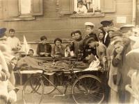 Санитары на спаренных велосипедах. Доставка раненого от вокзала в госпиталь, 1915.jpg
