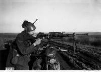 Bersagliere motociclista con fucile in azione in Ucraina nell'inverno 1942.jpg