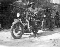2_Bersaglieri motociclisti sistemano i fucili Garessio 24-08-1933.jpg