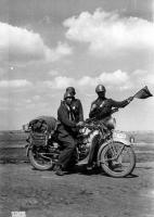 3_Tre militari di una colonna della 3^ divisione in territorio russo nell'estate 1941.jpg