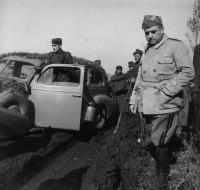 2_Il generale Giovanni Messe con un gruppo di soldati su una strada fangosa in Russia.jpg
