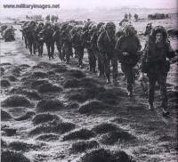 Falklands_War_британские парашютисты на марше.jpg